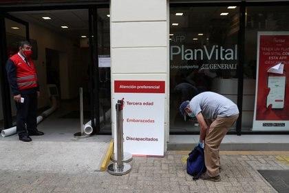 Chilenos esperan afuera de una de las oficinas de las AFP para gestionar trámites de su retiro de fondos durante los últimos días de 2019