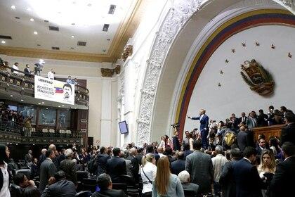 Diputados de la oposición ingresan al edificio de la Asamblea Nacional de Venezuela en Caracas, Venezuela.