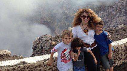 Belli, con tres de sus nietos en el volcán Santiago, en Masaya, Nicaragua.
