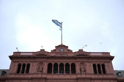 FOTO DE ARCHIVO: Una bandera argentina flamea sobre el Palacio Presidencial Casa Rosada en Buenos Aires, Argentina 29 octubre, 2019. REUTERS/Carlos Garcia Rawlins