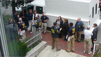 Los agentes del FBI en la entrada de la casa de los Heathfield-Bezrukov (junio 2010)