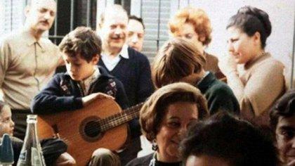 Gustavo con guitarra en mano ya desde niño