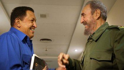 Hugo Chávez viajó a La Habana en diciembre 1994, a los pocos días de ser indultado y liberado tras su fallido golpe de Estado. Allí se inició su amistad con Fidel Castro (Shutterstock)