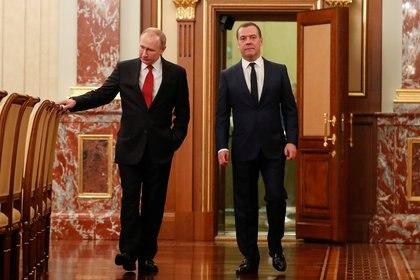 Putin y Medvedev caminan hacia la oficina de prensa del Kremlin, donde el presidente dió su discurso. (Sputnik/Dmitry Astakhov/ Reuters)