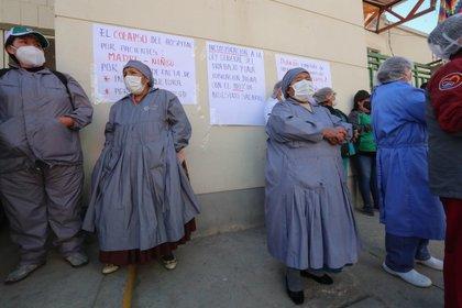 """Uno de los aspectos cuestionados de la ley de """"Emergencia Sanitaria"""" es la prohibición de protestas, manifestaciones o huelgas de los trabajadores de salud que provoquen la interrupción de los servicios en tanto dure el estado de alerta. EFE/Martin Alipaz/Archivo"""