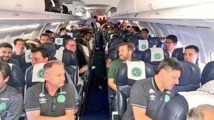 El plantel del Chapecoense dentro del avión