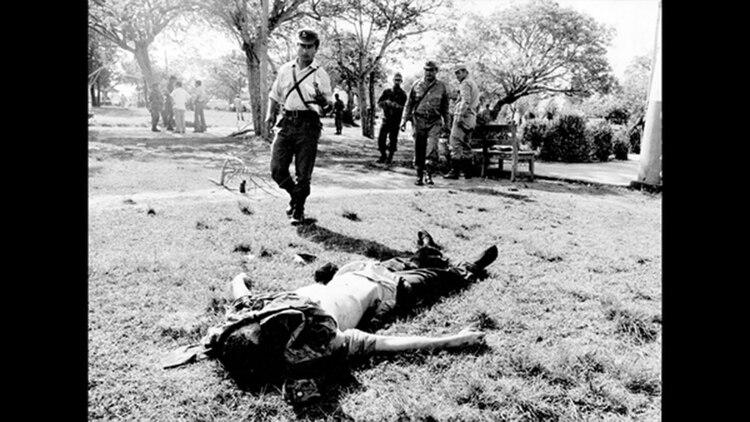 Un hombre yace muerto en el suelo tras el ataque de Montoneros al Regimiento de Infantería de Monte 29, en 1975