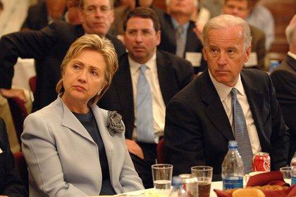 2007: Hillary Clinton y Joe Biden, ambos senadores por entonces, pronto funcionarios en el gobierno de Obama y luego sucesivos candidatos demócratas a la presidencia. (Shutterstock)
