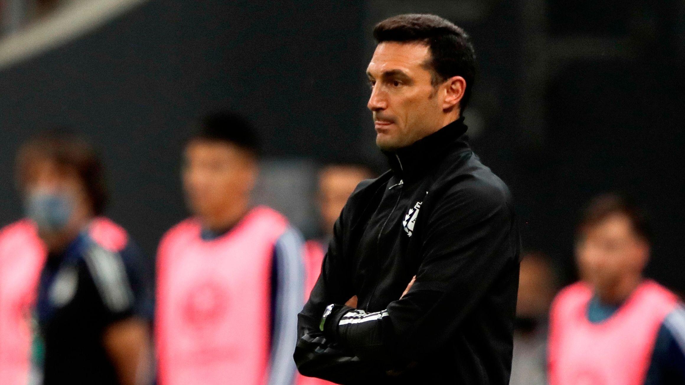El técnico de la selección argentina, Lionel Scaloni, aseguró que Lionel Messi está en condiciones de enfrentar a Brasil luego de la dura patada que recibió en el último partido ante Venezuela (EFE/Joédson Alves)