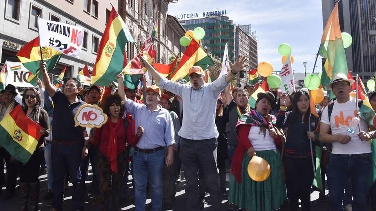Miles de bolivianos marcharon contra la re-reelección de Evo Morales, impedida por la Constitución (AFP)