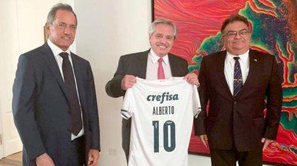 Daniel Scioli, embajador argentino en Brasil, Alberto Fernández y Flavio Viana Rocha, Secretario de Asuntos Estratégicos del Brasil. El presidente argentino muestra la camiseta del Palmeiras que le envió Bolsonaro