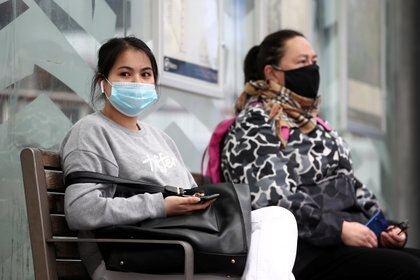 La tasa típica de infección asintomática se calculaba cerca del 40% a mediados de julio, pero se informa que las tasas de infección asintomática son superiores al 80% en entornos con enmascaramiento facial universal REUTERS/Fiona Goodall