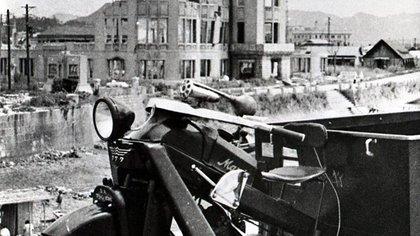 El Mazda-GO y las ruinas de Hiroshima, entre ellas el ahora conocido como Museo de la Paz. (Mazda)