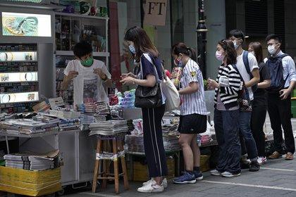 Las filas para comprar el diario este martes en Hong Kong.(AP Photo/Vincent Yu)