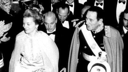 Perón junto a Isabelita en una gala oficial. Detrás de ellos, López Rega