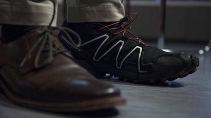 Sus dos mundos: los zapatos que usa para trabajar, las zapatillas que usa para correr (Crédito: Santiago Saferstein)