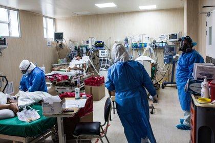 Pacientes contagiados por COVID-19 reciben atención médica, el 25 de mayo de 2020, en el Hospital Guillermo Almenara de Lima (Perú). EFE/ Sergi Rugrand/Archivo