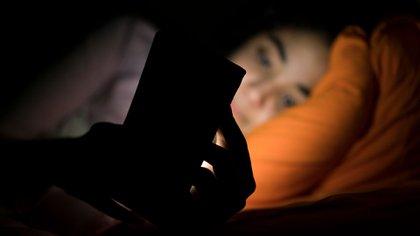 """Los expertos advierten que también es posible que la relación sueño-demencia sea """"bidireccional"""", y que el sueño deficiente alimente la demencia, lo que reduce aún más el sueño, lo que empeora la demencia (Shutterstock)"""