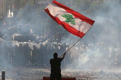 Un manifestante con la bandera libanesa durante una protesta en Beirut este fin de semana (REUTERS/Goran Tomasevic)