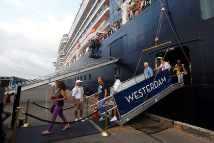 Pasajeros salen de MS Westerdam, un crucero que pasó dos semanas en el mar después de ser rechazado por cinco países por temor a que alguien a bordo pudiera tener el coronavirus (REUTERS/Stringer)