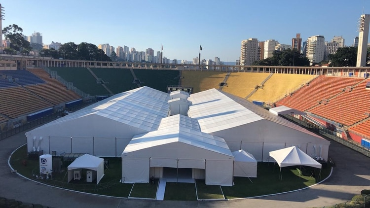 El mítico Estado Pacaembú, acreditado como uno de los mayores escenarios deportivos de San Pablo (Brasil) fue transformado en un hospital de campaña para pacientes con COVID-19 de baja y media complejidad.