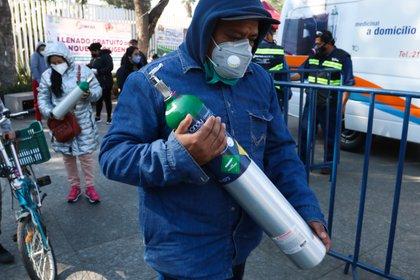 Se habilitó un nuevo punto de recarga gratuita de tanques de oxígeno en la CDMX (Foto: José Pazos/Efe)
