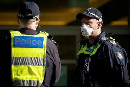 FOTO DE ARCHIVO: Dos agentes de la policía de Victoria portando mascarillas. Melbourne, Australia. 28 de julio de 2020. REUTERS/Sandra Sanders
