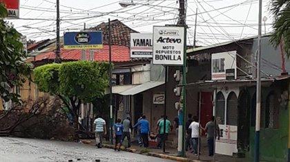 Vecinos de Masaya cargan a uno de los asesinados por las fuerzas del régimen de Ortega