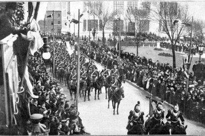 Año 1909: desfile en las calles de Boulogne-sur-Mer en honor de San Martín