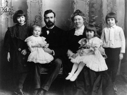 Hemingway (derecha) con su familia en 1905