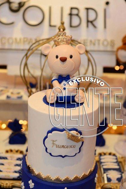 """La torta del """"Pequeño príncipe"""", como lo llama More. El oso que la corona también protagonizó la invitación digital al evento."""