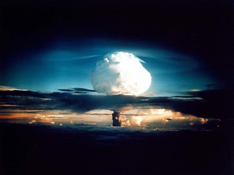Explosión de Ivy Mike, la primera bomba H probada, el 31 de octubre de 1952. (Administración Nacional de Seguridad Nuclear / Oficina del Sitio de Nevada/Wikipedia)