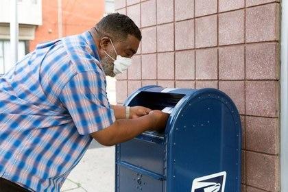 Una persona deposita cartas en un buzón de cobranza del Servicio Postal de EEUU en Filadelfia, Pensilvania. 14 de agosto de 2020.  REUTERS/Rachel Wisniewski
