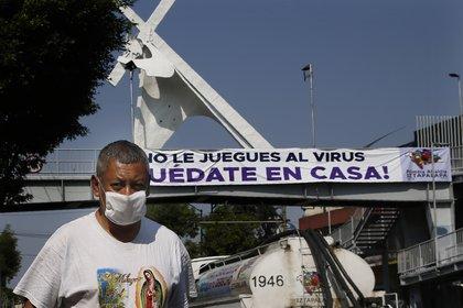Un hombre usando cubrebocas en una calle de la Ciudad de México durante la crisis sanitaria de COVID-19 en el país (Foto: AP Photo/Marco Ugarte)