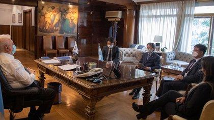 González García reunido en su despacho con el embajador Jang Myung-soo