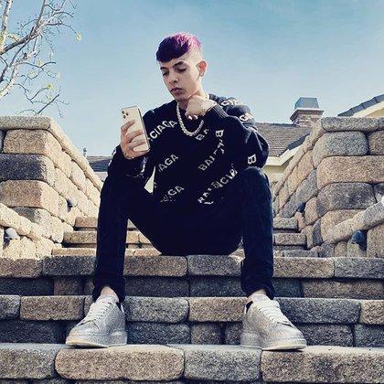 Aunque es intérprete de música regional, su estilo de vestir está más relacionado con el de los cantantes de ritmos urbanos (IG: natanael_cano)