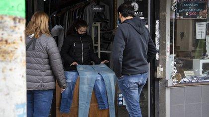 Como establece el protocolo de higiene y seguridad, los clientes no tienen permitido ingresar a los locales para probarse las prendas de ropa que buscan: se los atiende desde la puerta.