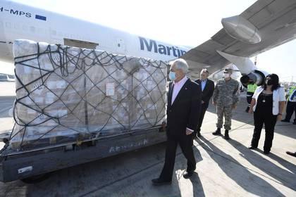 El presidente Sebastián Piñera anunció la distribución de 2,5 millones de cajas de ayuda para las familias más necesitadas, después de las nuevas manifestaciones en los barrios más pobres del Gran Santiago. Alex Ibanez/Presidencia de Chile.