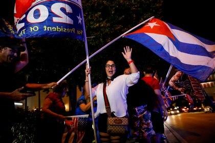 La partidaria del presidente de Estados Unidos, Donald Trump, Olima Valdés, quien llegó a Miami desde Cuba en 1994, ondea una bandera cubana durante las elecciones presidenciales de Estados Unidos de 2020, frente al restaurante Versailles en el barrio de Little Habana en Miami. REUTERS/Marco Bello