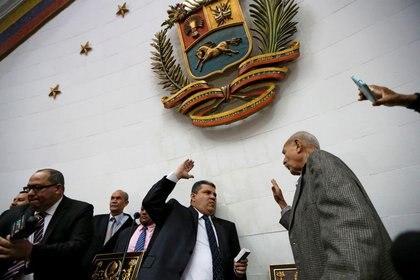El legislador Luis Parra jura como presidente de la Asamblea Nacional de Venezuela en una sesión sin quórumo ordenada por Nicolás Maduro. Tanto él como otros siete legisladores fueron sancionados por el Tesoro de los Estados Unidos (Reuters)