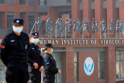 Personal de seguridad frente la Instituto de Virología de Wuhan. (REUTERS/Thomas Peter)