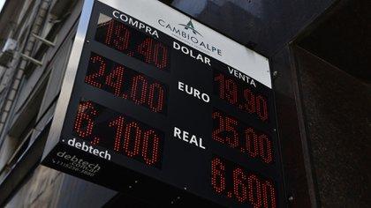 El dólar llegó a cotizar muy cerca de los 20 pesos. (Adrián Escandar)