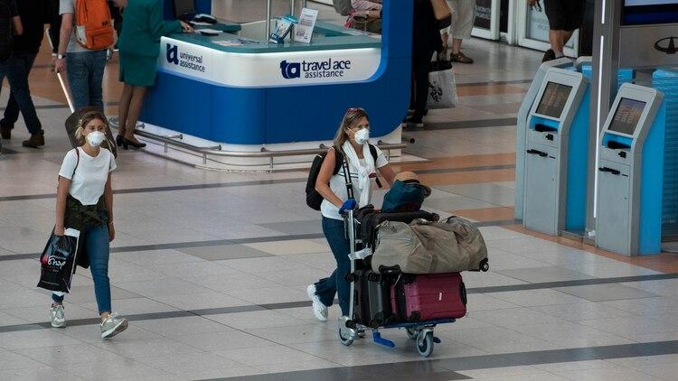 Controles de temperatura y medidas de distanciamiento son parte del nuevo protocolo presentado por las aerolíneas (Adrián Escandar)