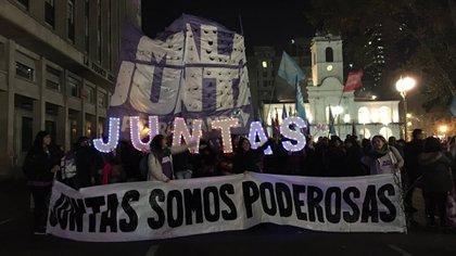 """Frente al Cabildo de Buenos Aires, las mujeres con banderas reclaman al canto de """"Ni una menos, vivas nos queremos, juntas somos poderosas"""""""
