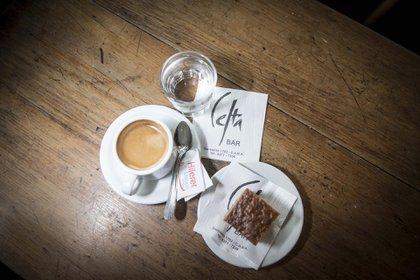 Pocillo, cuadradito dulce y agua, así sirven el café en Celta Bar