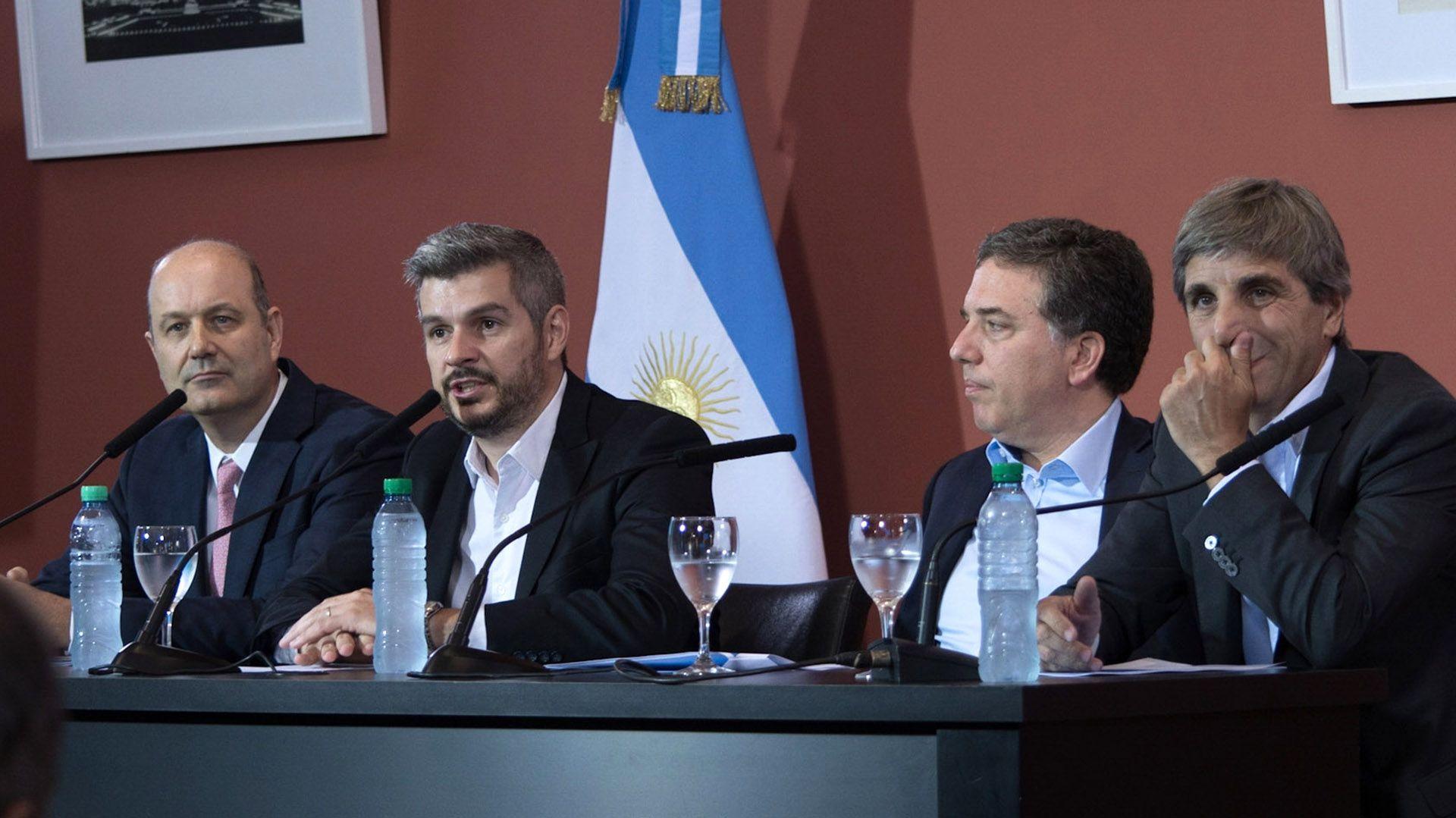 Federico Sturzenegger, Marcos Peña, Nicolás Dujovne y Luis Caputo, en ocasión de un anuncio que muchos interpretaron como un hito del fracaso de la política económica macrista