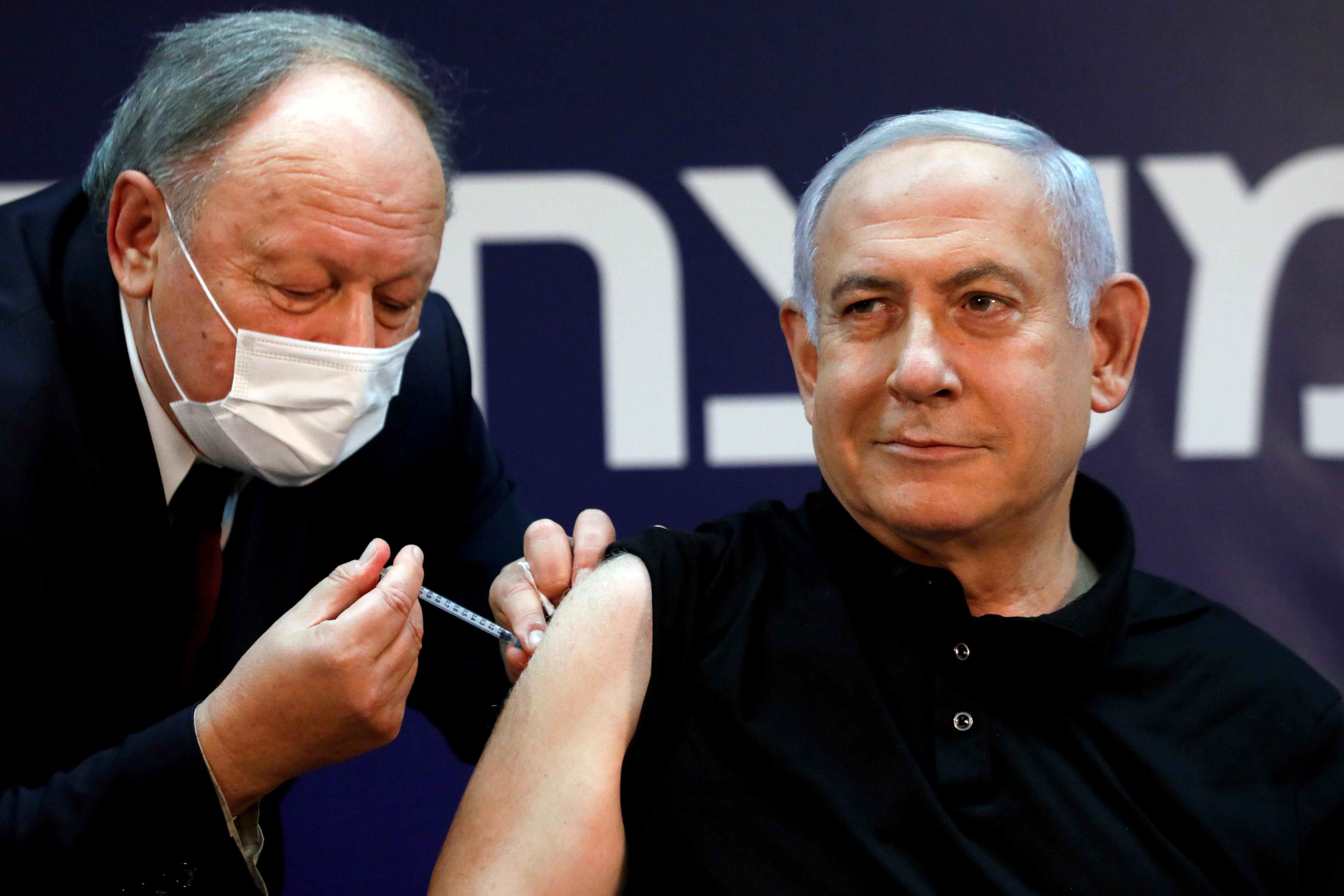 El primer ministro israelí, Benjamin Netanyahu, recibe la vacuna contra el COVID-19 (REUTERS/Amir Cohen/Pool/File Photo)