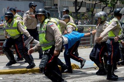 FOTO DE ARCHIVO: la policía del régimen chavista en Venezuela lleva a un manifestante bajo arresto durante una protesta contra Nicolás Maduro en Caracas el 4 de abril de 2017 (AFP / FEDERICO PARRA)