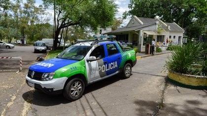 Móvil policial en el barrio cerrado esta mañana tras la denuncia (Adrián Escandar)