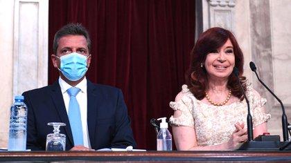 Cristina Kirchner, quien fue vacunada contra el coronavirus, no usó tapabocas durante la apertura de sesiones en el Palacio Legislativo. Massa empezó sin barbijo pero luego se colocó uno.